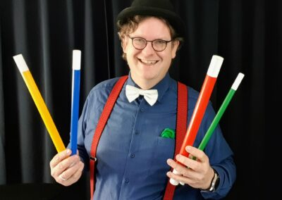 Kinderzauberer Benji zaubert beim Kindergeburtstag